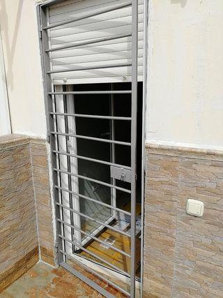 puerta aluminio y reja
