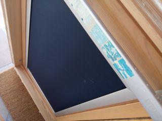 ventana Velux ese cristal templado y cortina azul