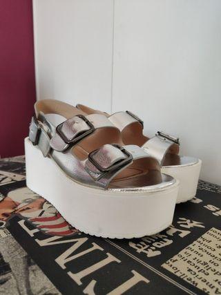 Sandalias plateadas de plataforma con hebillas
