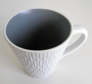 Taza blanca y gris