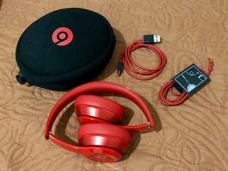 Auriculares inalámbricos Beats de color rojo