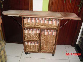 Mueble vintage con cestas y tabla de placha
