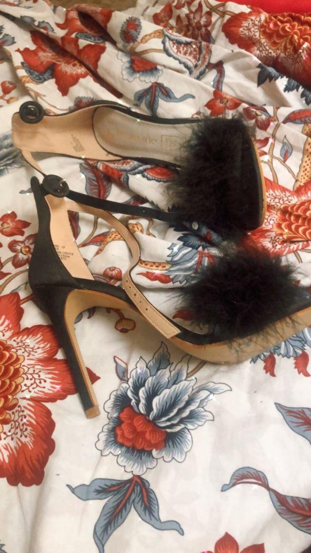 Sandalias negras de plumas