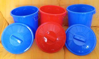 Cubos de plástico azul y rojo