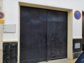 Puerta de garaje con portón