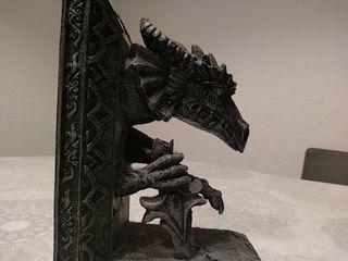 Reposalibros Dragon con espada