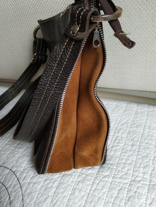 Bolso marrón de cuero y ante