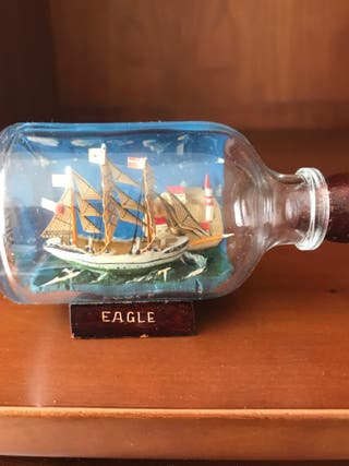 Barco miniatura en botella