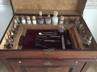 Mueble de medico antiguo de camarote de barco