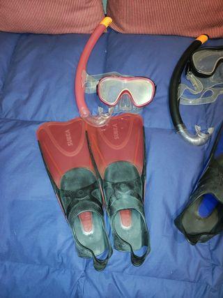 Gafas, tubo y aletas para hacer snorkel