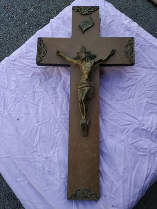 crucifijo de cobre en cruz de madera