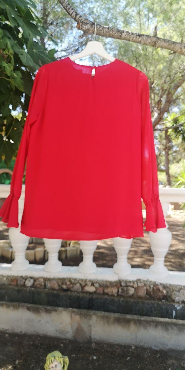 Blusa color rojo con volantes en los puños
