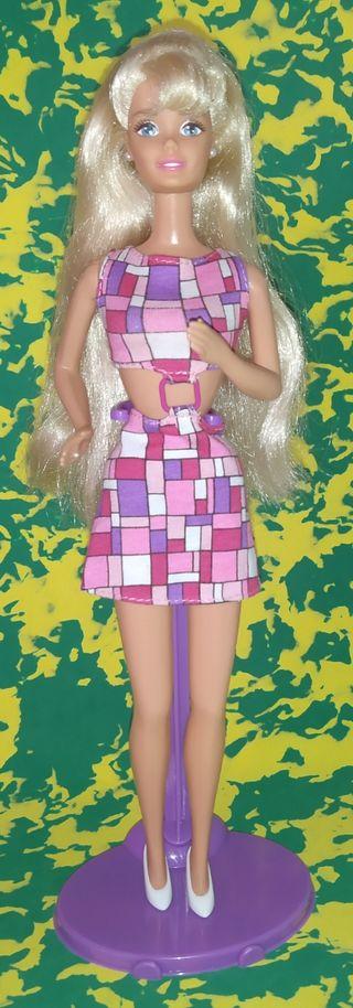 Muñeca Barbie rubia.