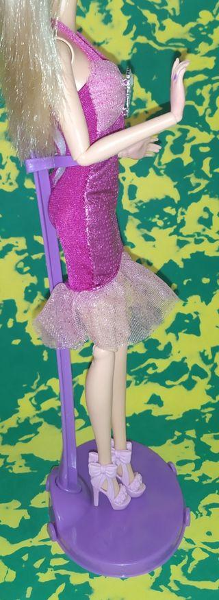 Vestido rosa de muñeca Barbie con zapatos a juego.