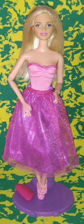 Muñeca Barbie rubia articulada.