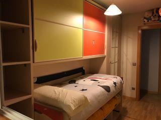 Habitación infantil con dos camas y dos armarios