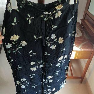 Falda negra larga de flores