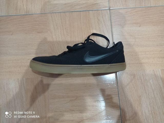 capacidad célula De trato fácil  Nike SB negras suela marron de segunda mano por 30 € en Alguazas en WALLAPOP