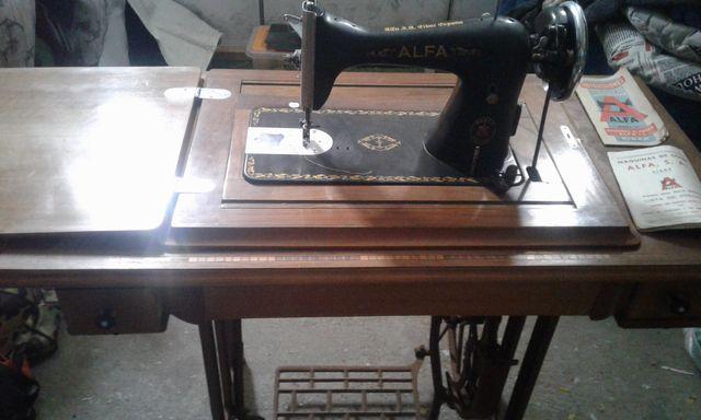Máquina de coser Alfa antigua