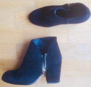 Zapatos de tacón abotinado cremallera lateral.