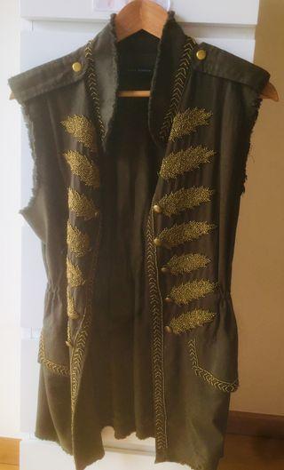 Chaleco con bordados dorados, vistoso y elegante