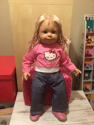 Muñeca vestida de Hello Kitty