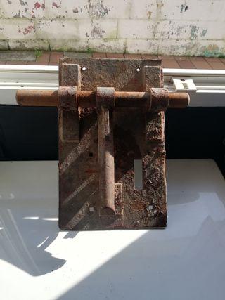 cerrojo antiguo de hierro