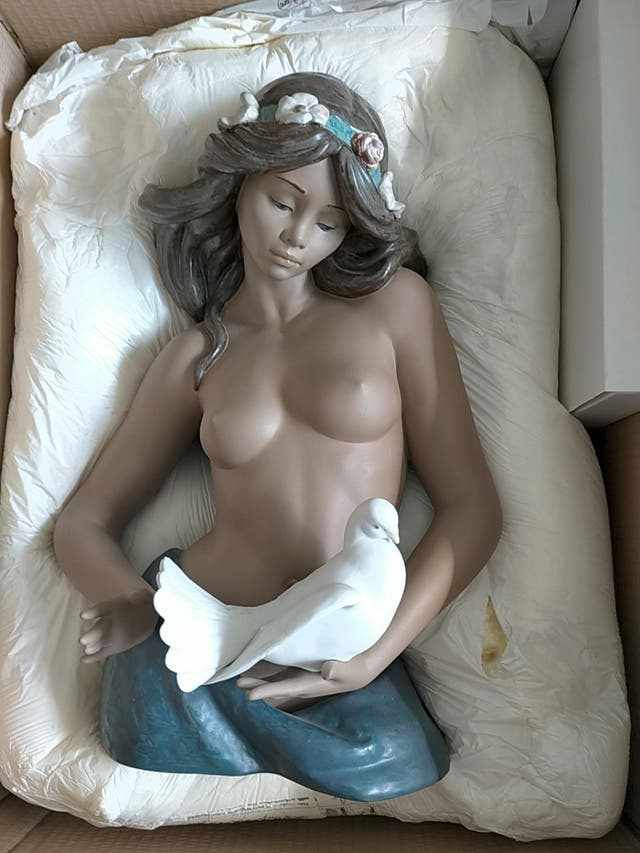 mujer desnuda con Paloma con templacion