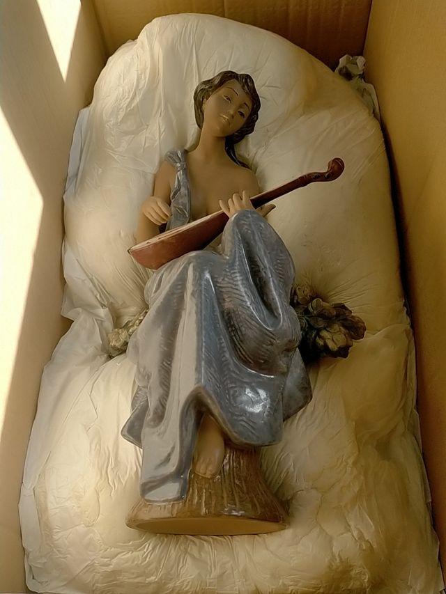 mujer japonesa con instrumento musical