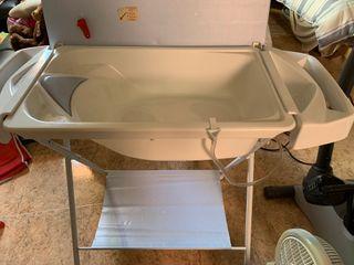 Cambiador de bebé con bañera. Plegable