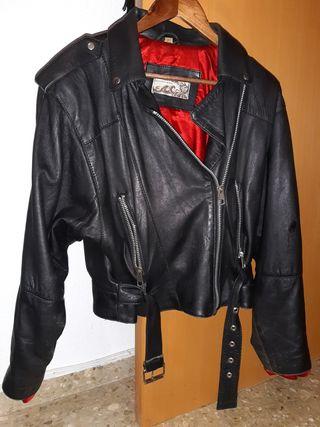 chaqueta de cuero con cremalleras