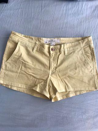 Pantalón corto amarillo talla 44