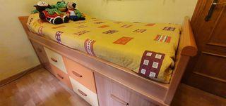 habitación infantil tonos madera y naranja