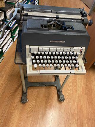 Máquina de escribir y su mesa a juego