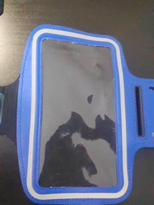 Brazalete de móvil azul para hacer deporte.
