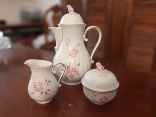 Tetera,azucarero y lechera de porcelana.