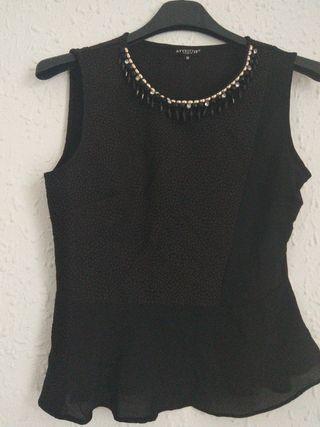 top negro con detalles en el cuello, talla S