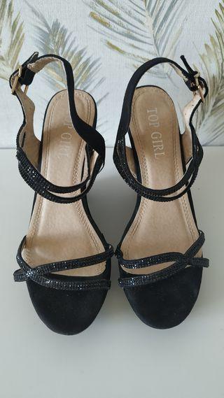 Sandalias negras con cuña, número 36