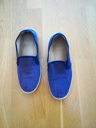 Zapatilla azules.
