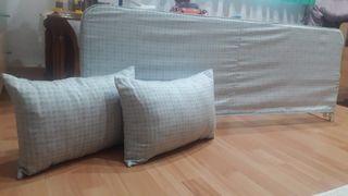barrera de cama y cojines.