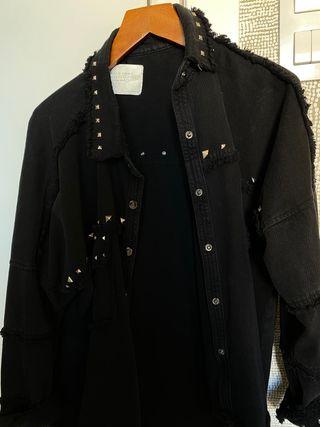 Cazadora tachuelas negra Zara