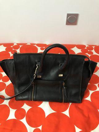 Bolso negro de piel de Zara