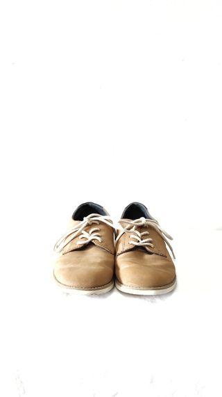 Zapatos marrones claros niño de Zara