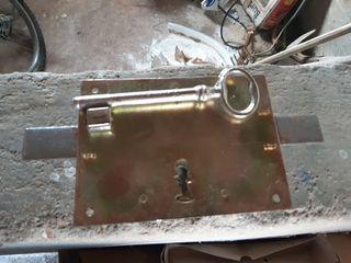 cerradura antigua con llave