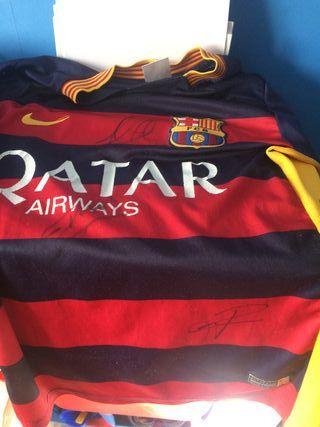 Camiseta Firmada por Iniesta,Umtiti y Riqui Puig.