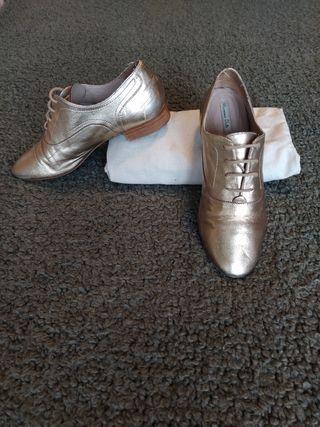 Zapatos dorados de piel Massimo Dutti