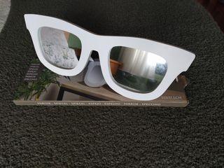 Espejo con forma de gafas