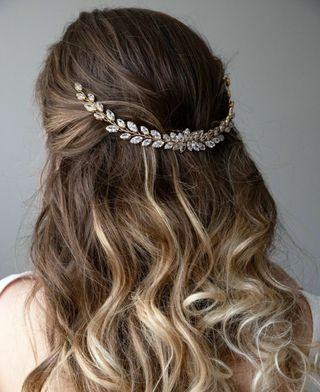 Tocado Joya de novia en tono dorado tiara peina