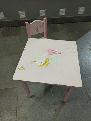 mesa y silla de madera