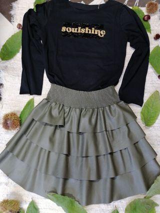 camiseta y falda polipiel